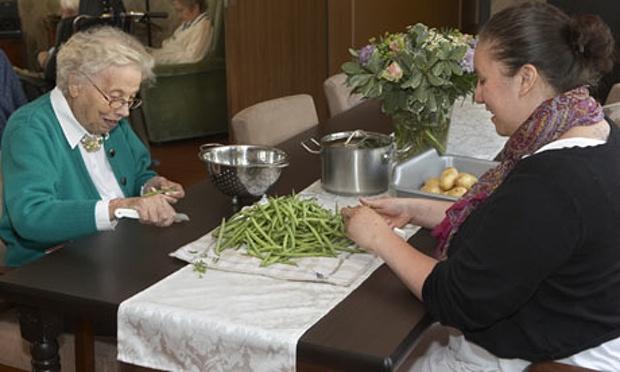 dementia-paxciente preparando la comida-Photografía- Anita Edridge para The Guardian